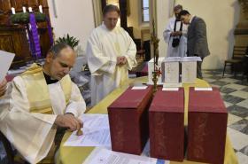 Zapečetěné schránky se spisy Jan Buly a Václava Drboly připravené na cestu do Vatikánu