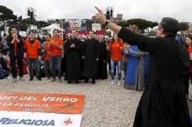Katoličtí kněží na římské demonstraci proti sňatkům osob stejného pohlaví