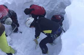 Záchranáři hledají zasypané české skialpinisty