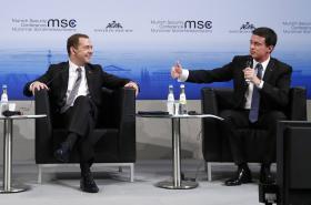 Dmitrij Medveděv a Manuel Valls