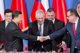 Čínský prezident Si Ťin-pching se zdraví s ministrem průmyslu a obchodu Janem Mládkem