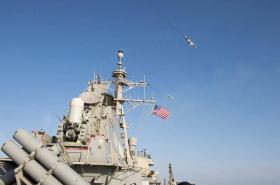 Snímek, který má zachycovat ruské letouny nad lodí