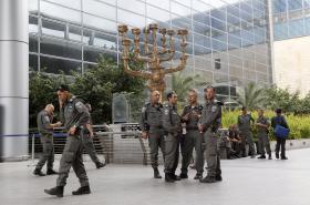 Policejní hlídky před hlavním terminálem letiště v Tel Avivu