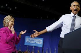 Barack Obama a Hillary Clintonová při předvolebním mítinku v Charlotte