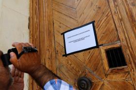 Cedulka oznamující uzavření francouzského konzulátu v Istanbulu
