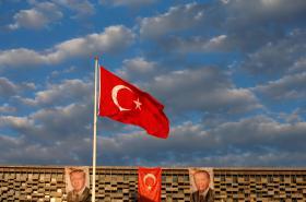 Vlajka Turecka spolu s podobiznou jeho prezidenta na jedné z budov poblíž istanbulského náměstí Taksim