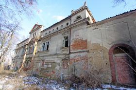 Zdevastovaný zámek Petrovice