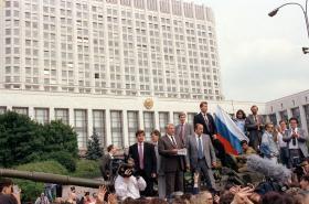 Ruský prezident Boris Jelcin na tanku před parlamentem