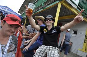 Motocykloví fanoušci plní restaurace a hotely
