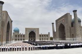 Shromáždění lidí při pohřbu uzbeckého prezidenta v Samarkandu