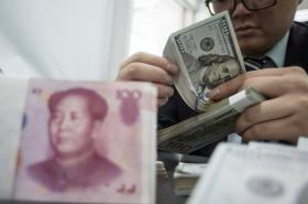 Americké dolary a čínské jüany