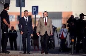 Hlavní obžalovaný Francisco Correa (vpravo) přichází k soudu.
