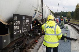 V bavorském Kraillingu plnili 11. října první vlak českou naftou