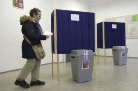 Volební místnosti budou v sobotu otevřeny do 14:00