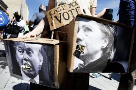 Karikatury prezidentských kandidátů Hillary Clintonové a Donalda Trumpa jako dekorativní portréty malované na dýních. Dílo umělce Johna Kettmana ve městě La Salle, stát Illinois.