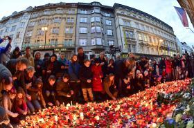 Lidé přicházeli 17. listopadu zapálit svíčky a položit kytice k pamětní desce na Národní třídě