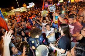 Lidé ve čtvrti Malá Havana v Miami oslavují úmrtí Fidela Castra
