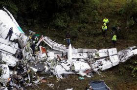 Trosky letadla, které se zřítilo u kolumbijského Medellínu