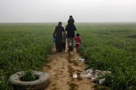Rodina běženců na řecko-makedonské hranici