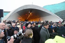 Na otevření úseku dálnice D8 přišla asi tisícovka lidí