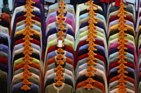 Oblečení vyrobené v Číně na trhu v Pekingu - ilustrační foto