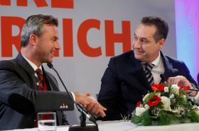 Neúspěšný prezidentský kandidát za FPÖ Norbert Hofer a předseda strany Heinz-Christian Strache