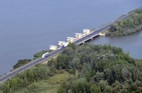 Silnice vedoucí přes Nové Mlýny do Mikulova