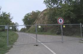 Uzavřená silnice v létě