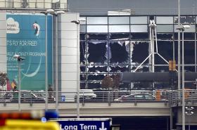 Prosklená okna po explozích na letišti Zaventem