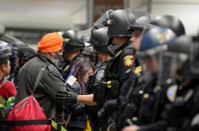 Policisté hlídají přístup k bezpečnostní kontrole na letišti v San Franciscu