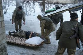 Zraněný ukrajinský voják u Avdijivky