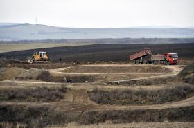 Sesunující se zemina může poničit suchý poldr