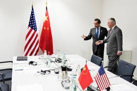 Ministři zahraničí Rex Tillerson a Wang I