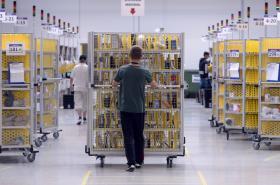 Distribuční centrum Amazonu v Dobrovízi u Prahy