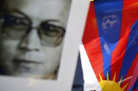 Protesty na podporu Tenzina Deleka Rinpočeho