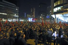 Dav lidí před tureckým konzulátem v Rotterdamu