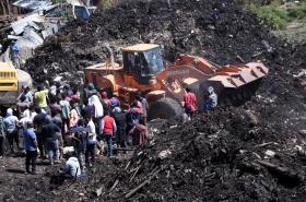 Záchranáři na skládce pátrají po obětech sesuvu