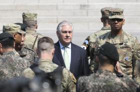 Šéf americké diplomacie při návštěvě vojenských jednotek v Panmundžomu na hranici mezi Severní a Jižní Koreou