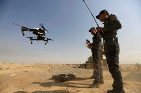 Iráčtí vojáci pilotují dron, který chtějí použít proti Islámskému státu