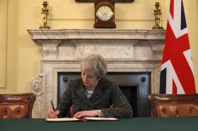 Theresa Mayová podepisuje dopis požadující po EU spuštění Článku 50