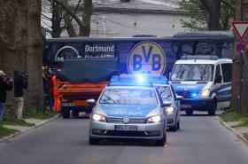 Autobus s hráči Borussie s policejním doprovodem