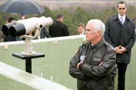 Mike Pence při návštěvě demilitarizované zóny mezi Jižní a Severní Koreou