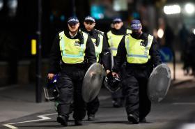 Policisté blízko místa útoku na Londýnském mostě
