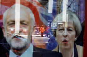 Volby do britské Dolní sněmovny. Bude úspěšnější strana Mayové či Corbyna?