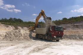 Suché a horké počasí komplikuje těžbu uhlí a kaolinu