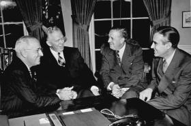 Truman, Marshall, administrátor plánu Hoffman a prezidentův poradce Harriman