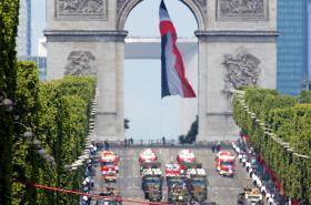 Stíhací letouny nad Vítězným obloukem vypouštějí kouřovou trikoloru ve francouzských barvách při vojenské přehlídce u příležitosti výročí pádu Bastily