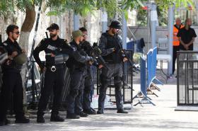 Izraelští policisté u detektorů na Chrámové hoře