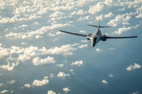Americký bombardér B-1B nad Korejským poloostrovem.