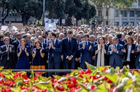 Uctění obětí v Barceloně se zúčastnili i čelní politici